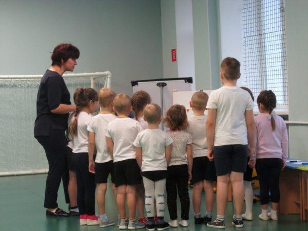 Дети рассматривают картинки на магнитной доске