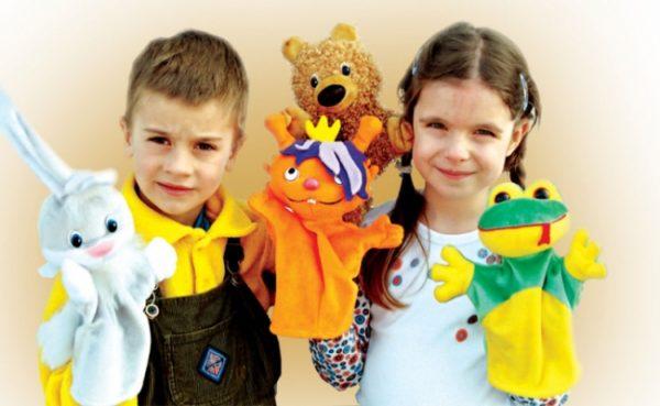 Мальчик и девочка с перчаточными куклами на руках