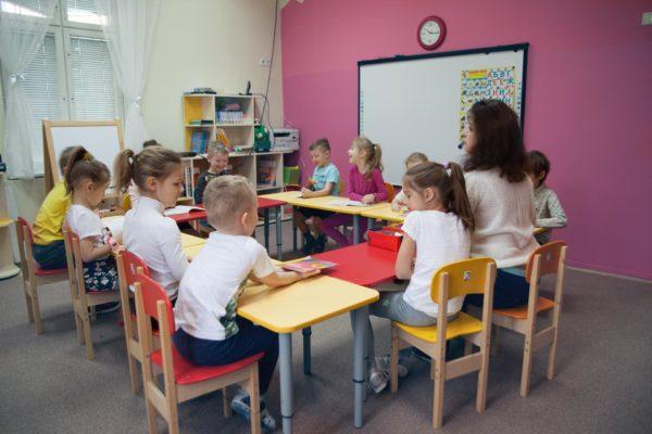Дети с педагогом сидят на занятии