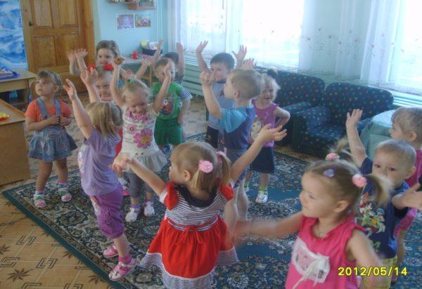 Дети смеются во время физкультминутки