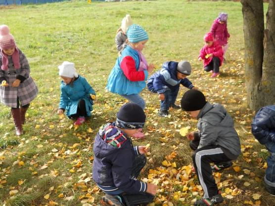 Дети собирают осеннюю листву
