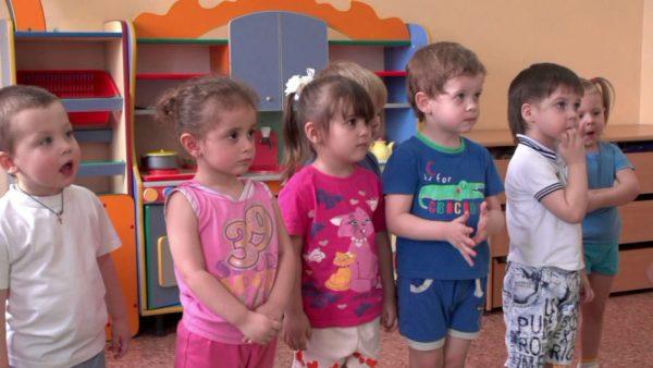 Дети стоят и слушают