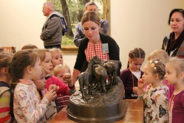 Дошкольники в музее рассматривают небольшую скульптуру