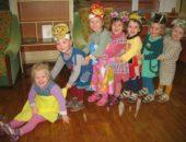 Дети в шапочках героев разыгрывают сказку «Репка»