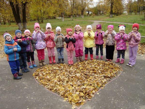 Дети выложили осенними листьями сердце