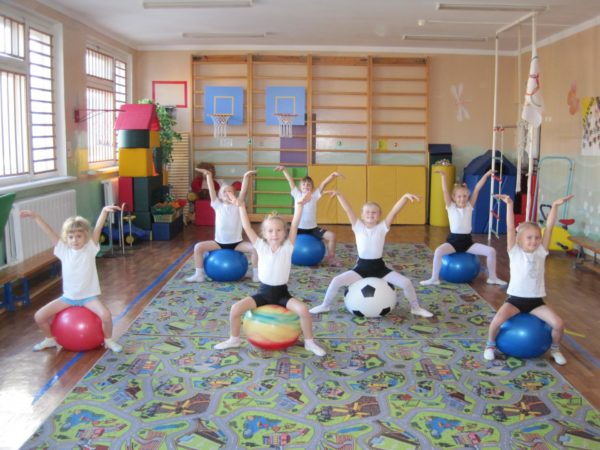 Дети выполняют упражнение, сидя на фитболах