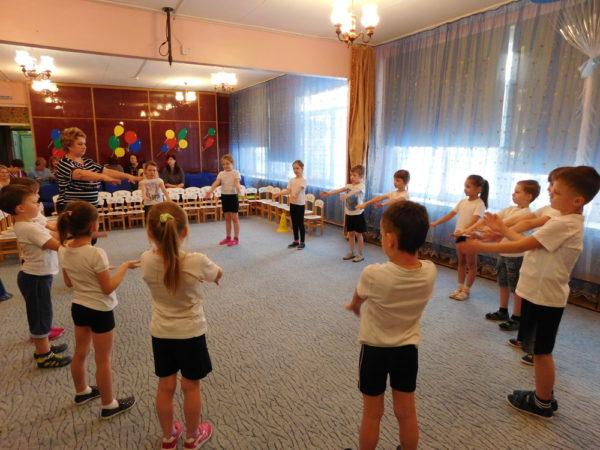 Дети выполняют упражнения, стоя в кругу
