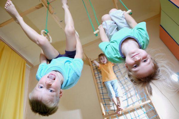 Дети занимаются в спортивном зале