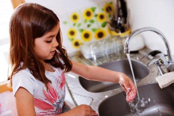 Девочка моет руки