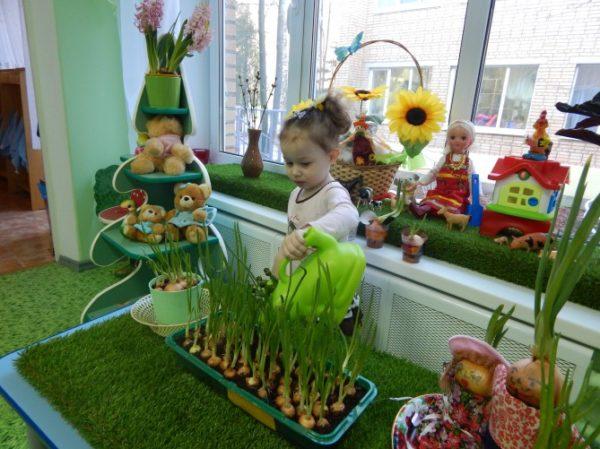 Девочка поливает лук