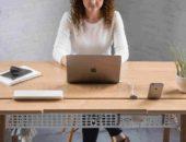 Девушка сидит за ноутбуком