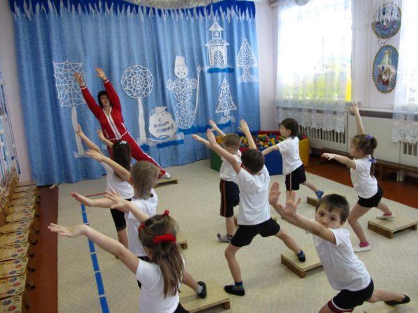 Дети делают зарядку на степ-платформах