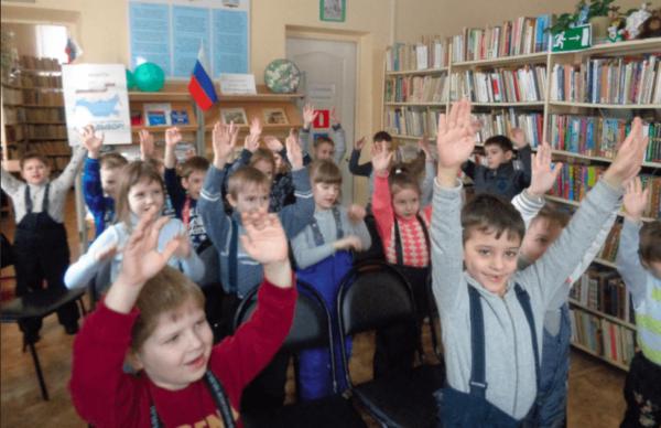 Дошкольники делают гимнастику в библиотеке