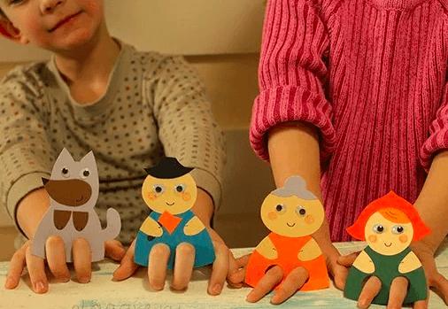 Двое детей участвуют в игре-драматизации по сказке «Красная шапочка»