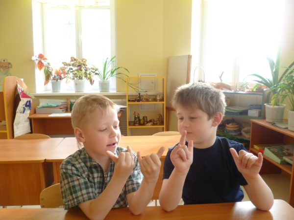 Два мальчика играют в паре