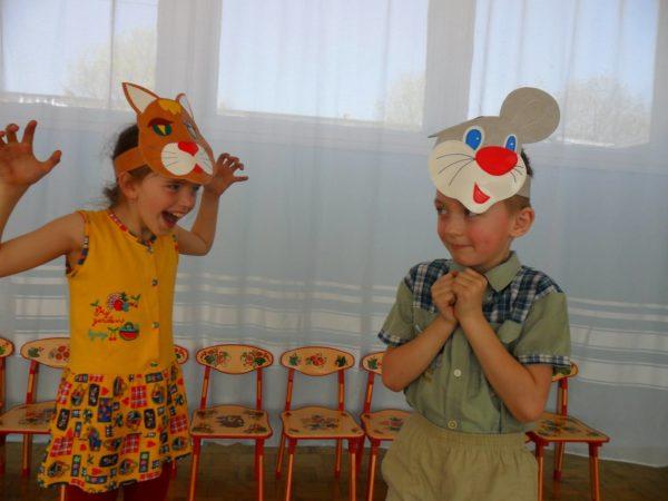 Мальчик и девочка играют в кошки-мышки