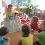 Мальчик показывает детям в группе кукольный спектакль