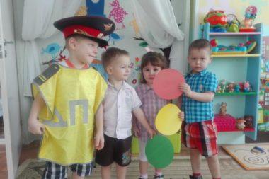 Мальчик в костюме постового и трое детей с цветными кружками светофора