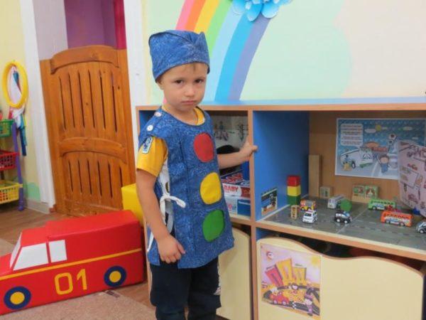Мальчик в костюме светофора