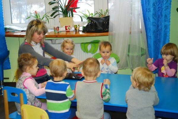 Малыши делают упражнение для пальцев