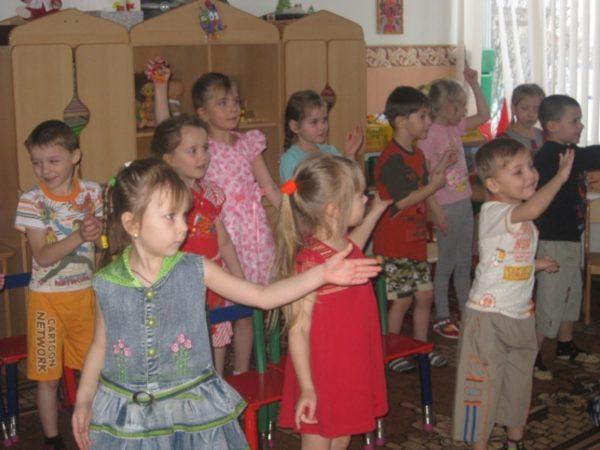 Дети выполняют движения руками