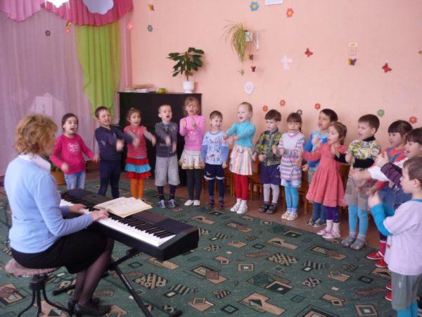 Дети выполняют движения пальчиковой игры-песенки в музыкальном зале