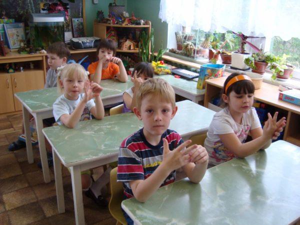 Дети выполняют пальчиковую гимнастику, сидя за партами