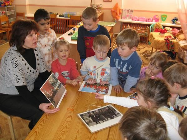 Педагог показывает детям изображение Красной площади