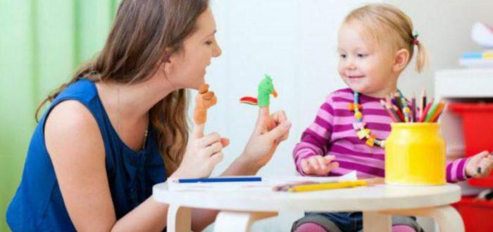 Педагог показывает девочке пальчиковые куклы