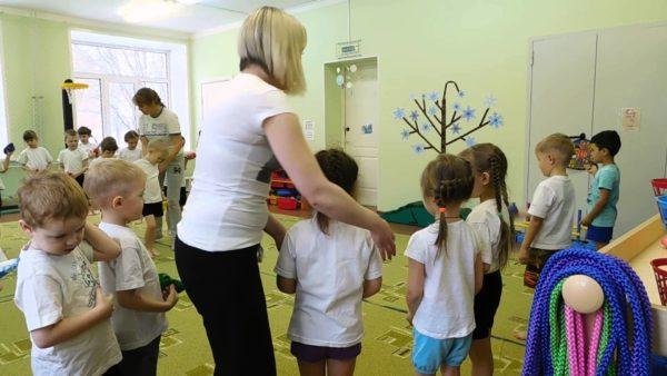 Педагог помогает детям построиться