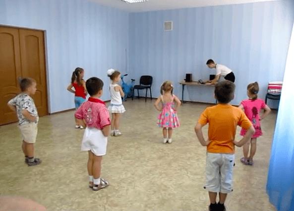 Дети строятся на зарядку, педагог настраивает музыкальное сопровождение