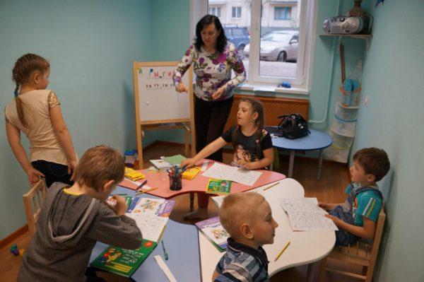 Пятеро детей и педагог на занятии по подготовке к школе