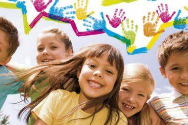 Радостные дети и отпечатки ладошек над ними