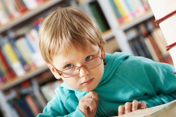 Мальчик в очках размышляет