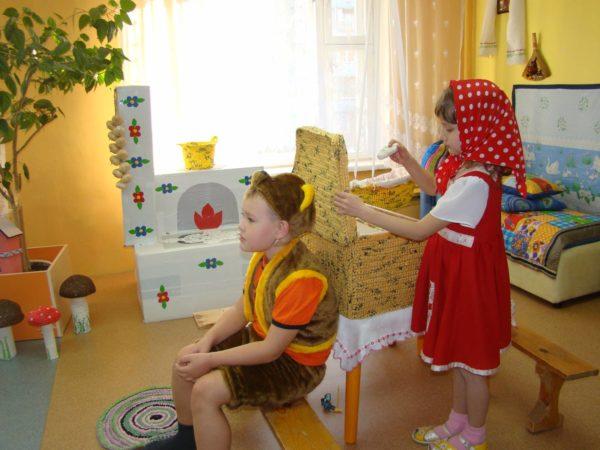 Мальчик и девочка в костюмах персонажей сказки «Маша и медведь»