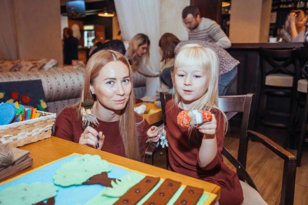 Девочка и женщина играют с пальчиковыми куклами