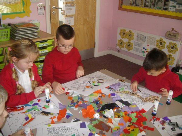 Дети делают аппликации из цветной бумаги