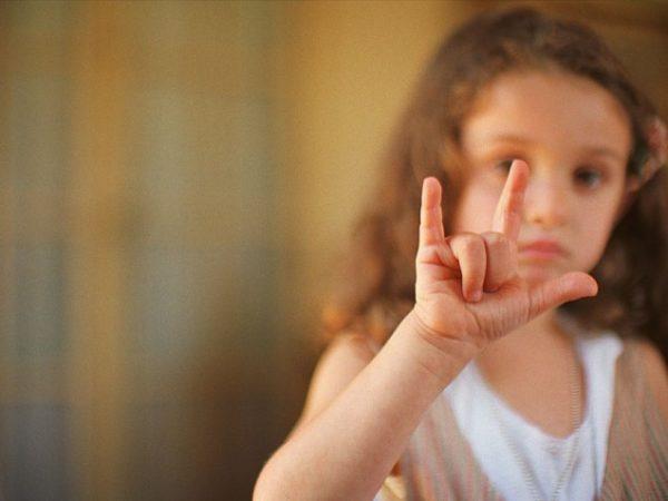 Девочка выполняет упражнение «Улитка»