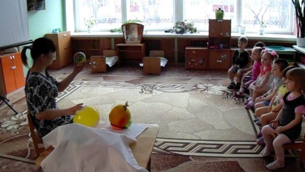 Воспитатель показывает детям мяч