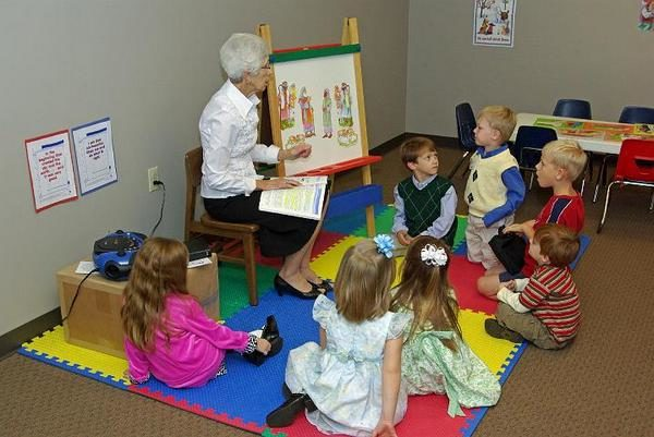 Воспитатель показывает детям иллюстрации к сказке