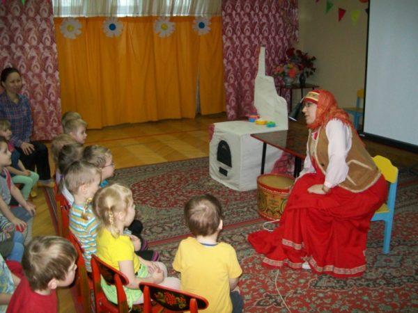 Воспитатель в русском народном костюме рассказывает дошкольникам сказку