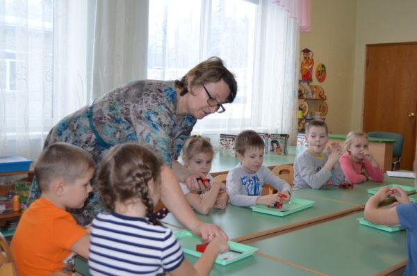 Педагог помогает детям выполнить задание