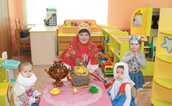 Воспитательница и дети в костюмах