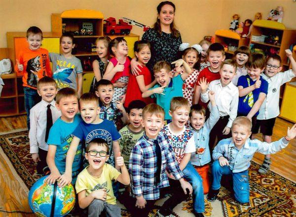 Воспитательница с детьми, групповое фото