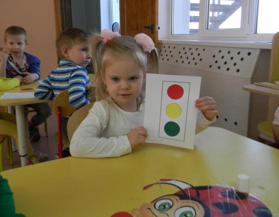 Девочка держит макет светофора из бумаги