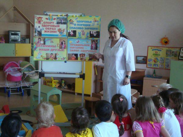 Дети слушают выступление медсестры в ДОУ