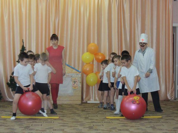 Две команды дошкольников соревнуются в прыжках на фитболах в День Здоровья в ДОУ