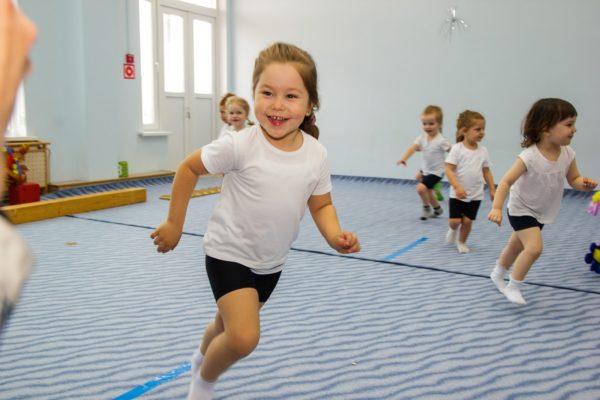 Дети бегают в спортивном зале