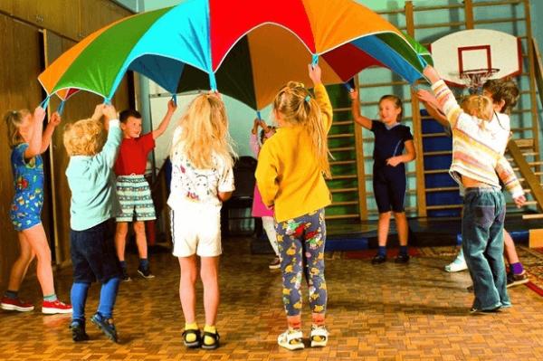 Дети держат цветной шатёр