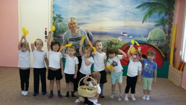 Дети держат в руках опавшие жёлтые листочки